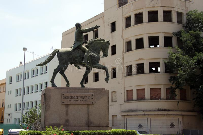 玻利维亚和秘鲁哥伦比亚厄瓜多尔委内瑞拉巴拿马的西蒙・波利瓦救星骑马雕象在卡迪士 免版税库存图片