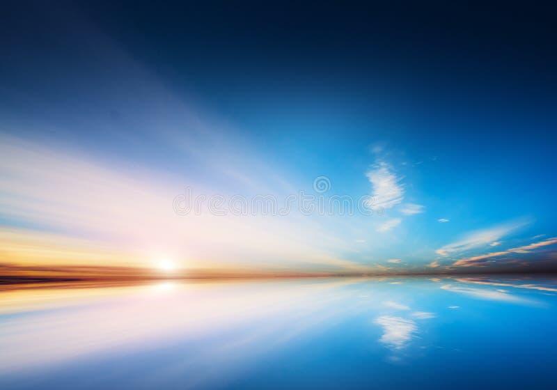 玻利维亚天空和水镜象反射 免版税库存图片
