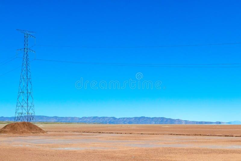 玻利维亚的沙漠被弄脏的风景在与天空蔚蓝爱德华多Avaroa公园,玻利维亚的好日子 免版税库存照片