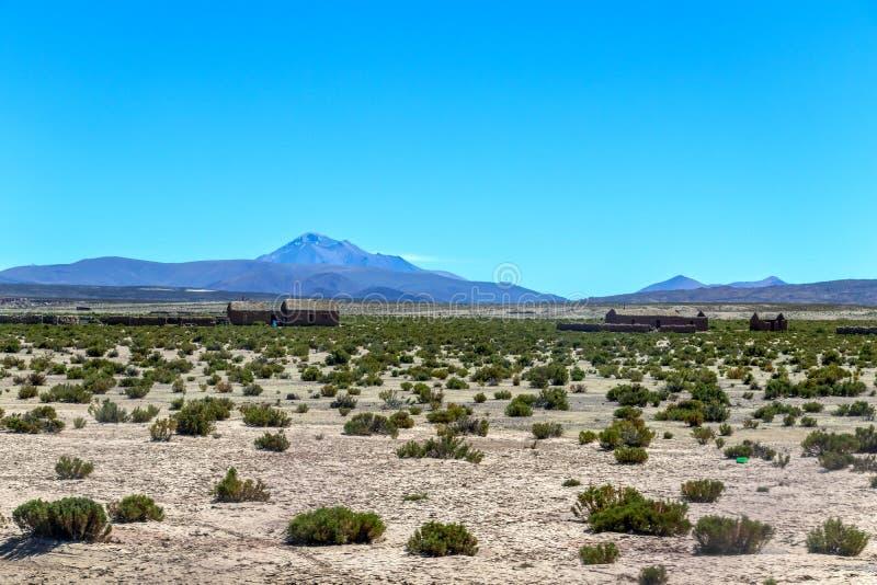 玻利维亚的沙漠被弄脏的风景在与天空蔚蓝爱德华多Avaroa公园,玻利维亚的好日子 库存照片