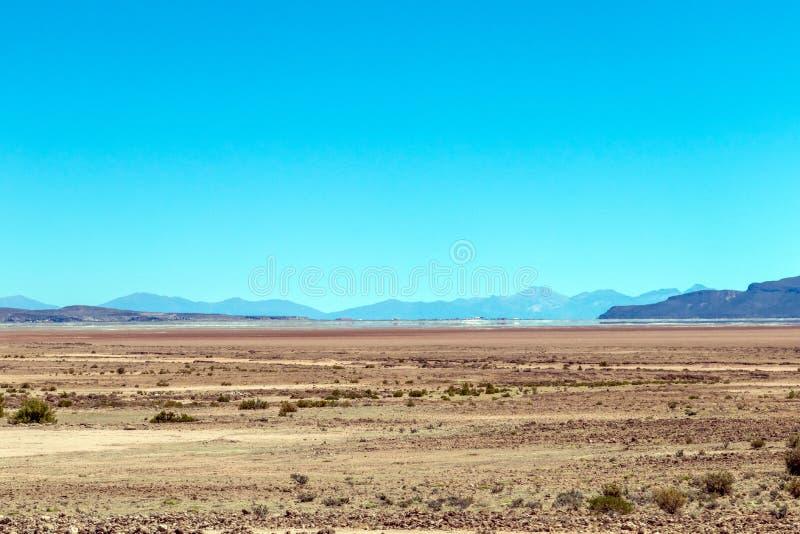 玻利维亚的沙漠被弄脏的风景在与天空蔚蓝爱德华多Avaroa公园,玻利维亚的好日子 图库摄影