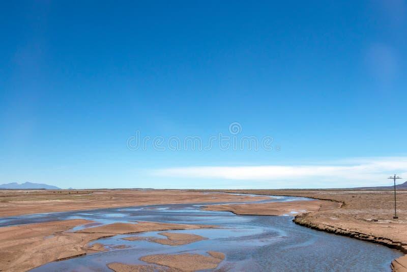 玻利维亚的沙漠被弄脏的风景在与天空蔚蓝爱德华多Avaroa公园,玻利维亚的好日子 免版税库存图片