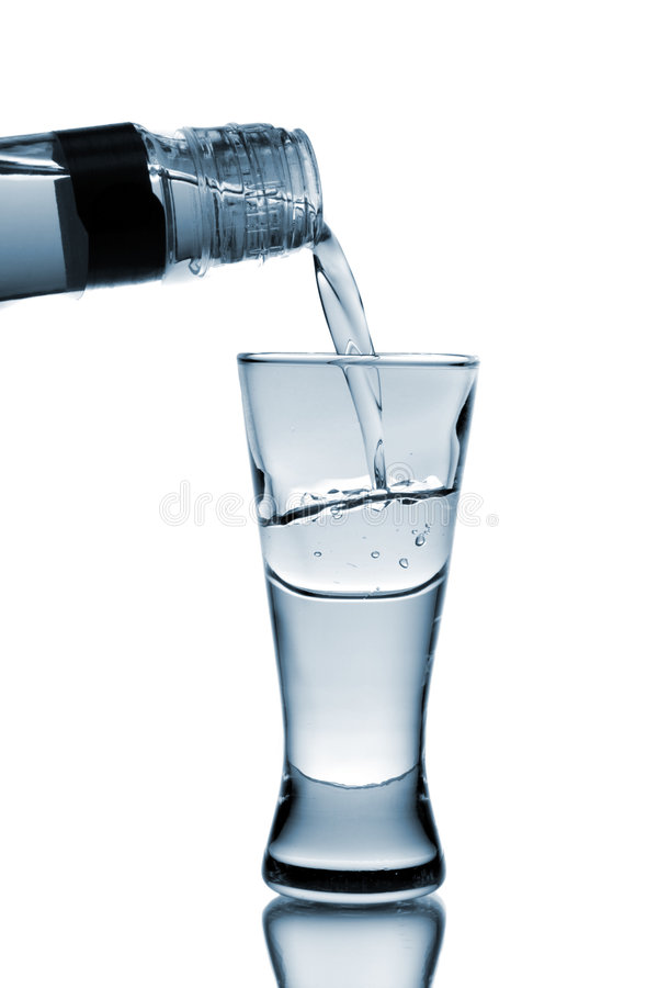 玻璃倒伏特加酒 免版税库存图片