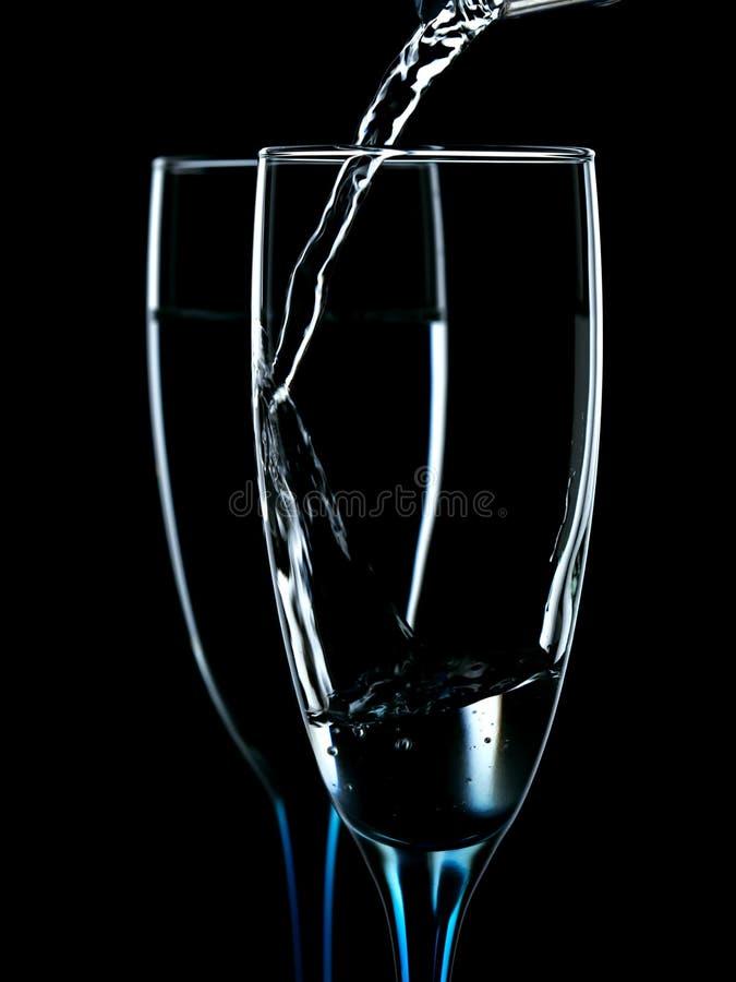 玻璃倾吐与净水 免版税库存照片