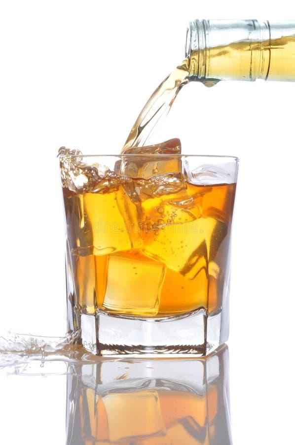 玻璃倾吐的威士忌酒 库存图片