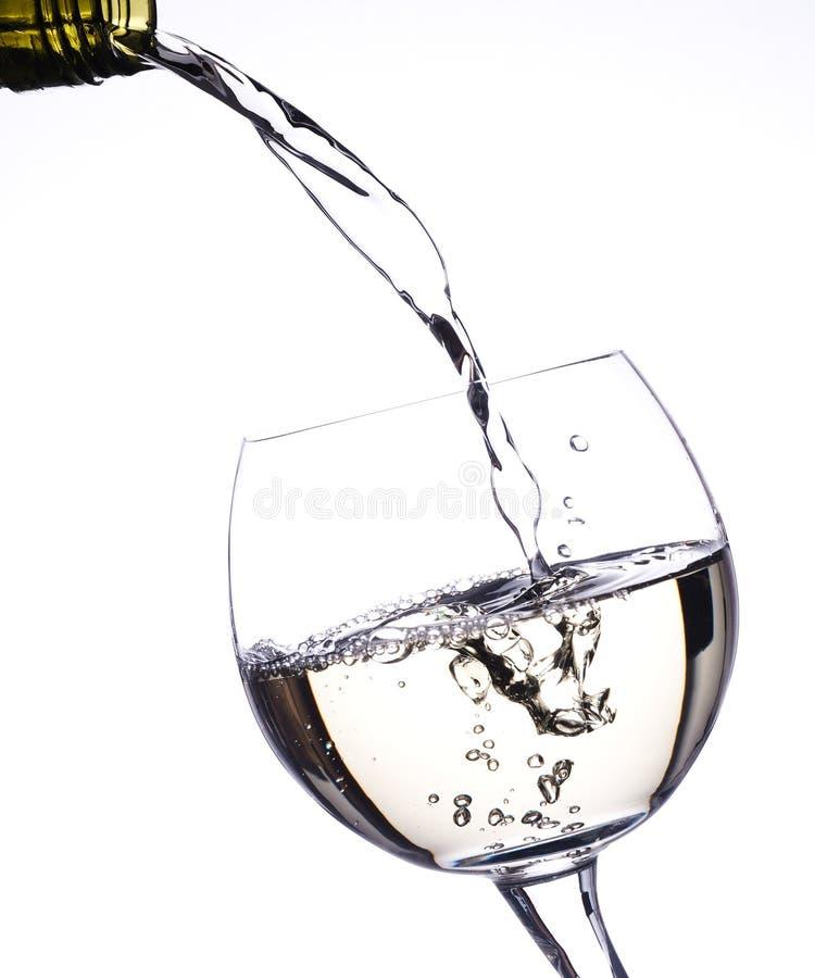 玻璃倾吐的白葡萄酒 免版税图库摄影