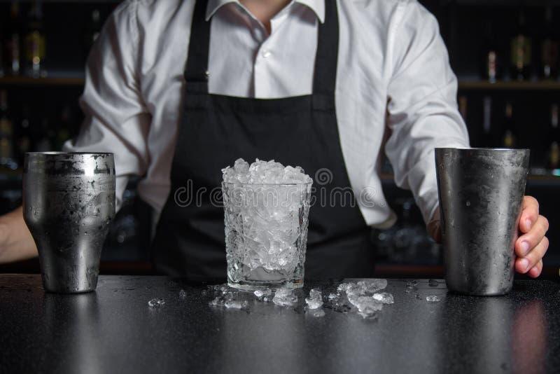 玻璃充分填装了崩溃冰并且使站立的振动器变冷  免版税库存图片