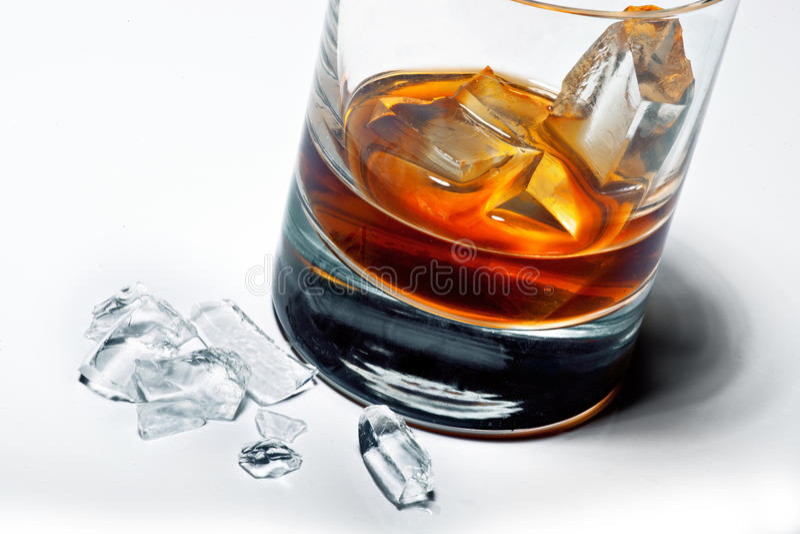 玻璃冰威士忌酒 免版税库存图片