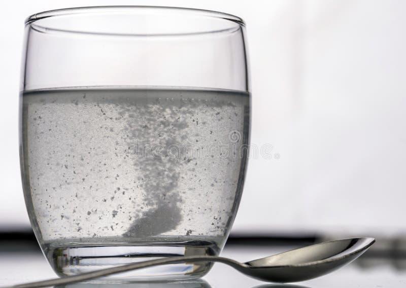 玻璃冲淡稀释的药片 免版税库存照片