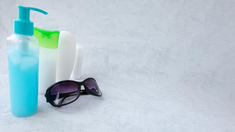?? 玻璃和一自创皮肤护理与自然成份芦荟维拉,柠檬,黄瓜,喜马拉雅盐,薄荷 图库摄影
