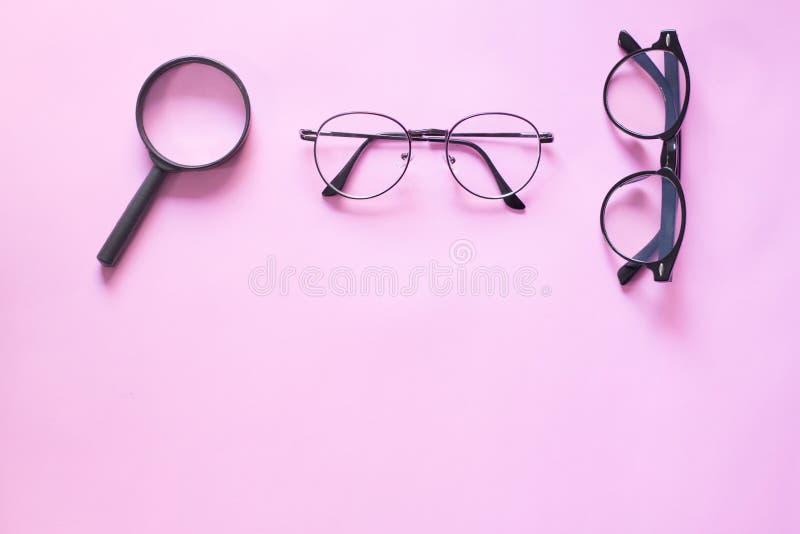 玻璃和放大镜在黑色 文本的最小的样式布局事假空白 免版税图库摄影
