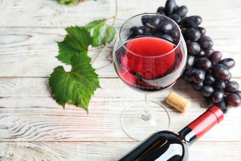 玻璃和瓶红葡萄酒用新鲜的成熟水多的葡萄 库存图片
