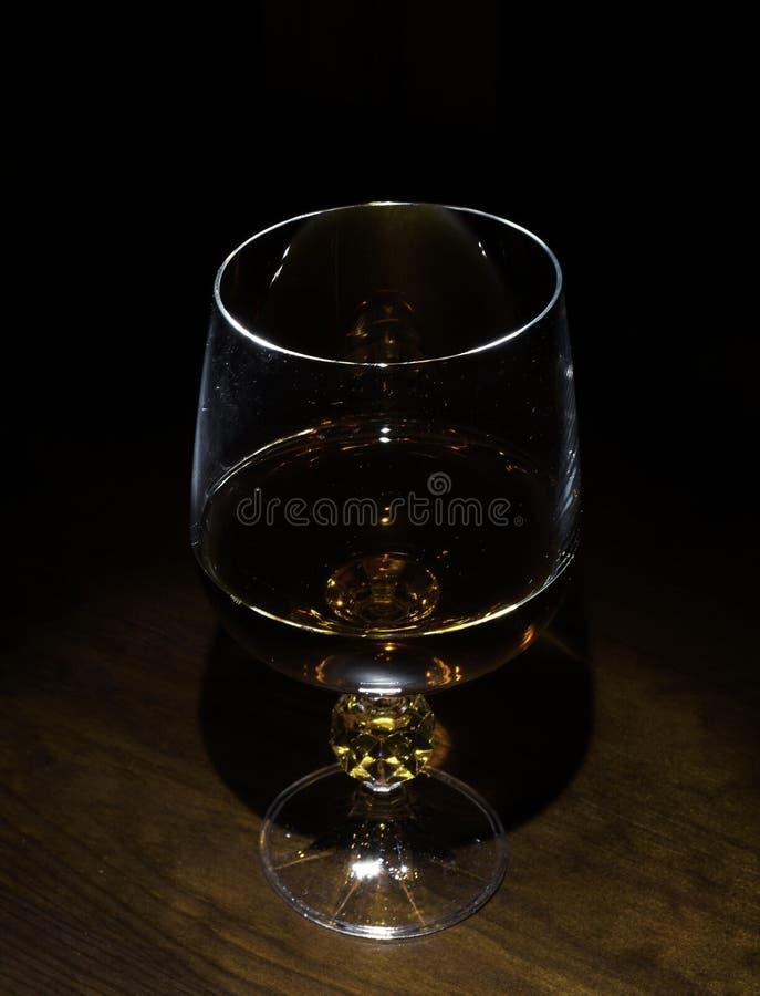 玻璃和蜡烛在桌上 库存图片