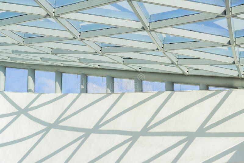 玻璃和金属天花板,楼房建筑的片段 免版税图库摄影