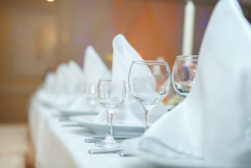 玻璃和餐巾 免版税库存图片