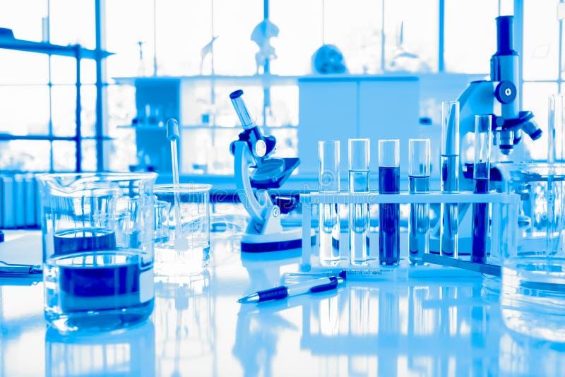 玻璃器皿设备在科学或化工实验,医疗和配药研究概念的实验室 免版税库存图片