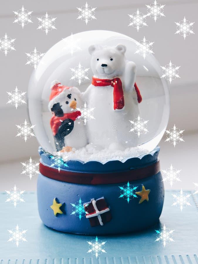 玻璃圣诞节玩具,纪念品-雪球 圣诞节心情装饰美丽的圣诞树玩具 r 免版税库存图片