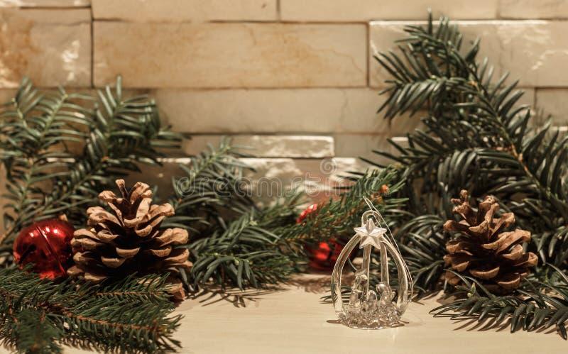 玻璃圣诞装饰和两红色响铃 库存图片