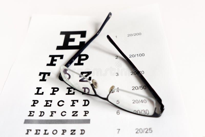玻璃在桌的背景的手上视觉的 免版税图库摄影