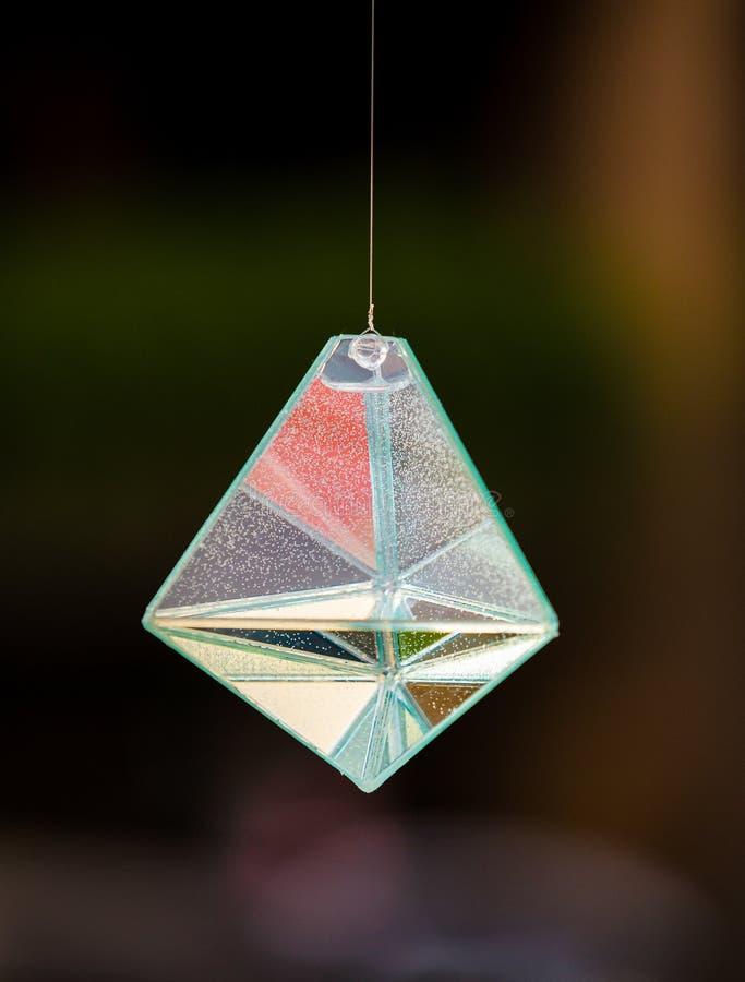 玻璃在生动的彩虹颜色的棱镜折射的光 免版税库存图片