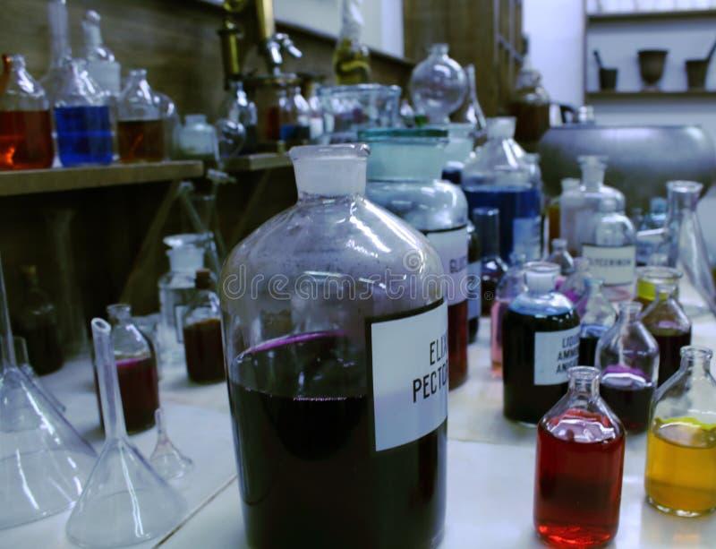 玻璃小瓶用魔药 不可思议的不老长寿药 库存照片