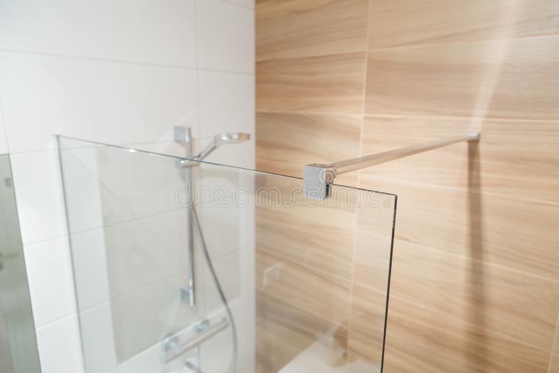 玻璃帷幕的钳位卫生间的 免版税图库摄影