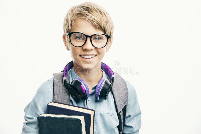 玻璃微笑的友好的男小学生 免版税图库摄影