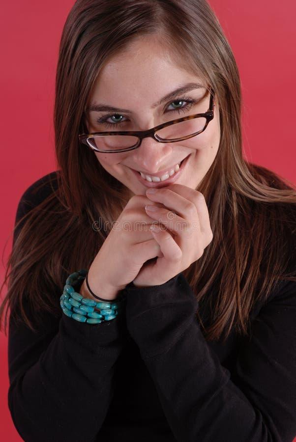 玻璃微笑的妇女年轻人 免版税图库摄影