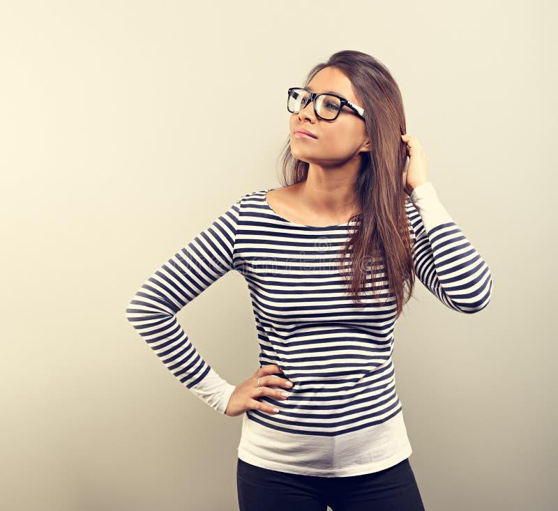 玻璃微笑的美丽的企业拉提纳妇女 免版税图库摄影