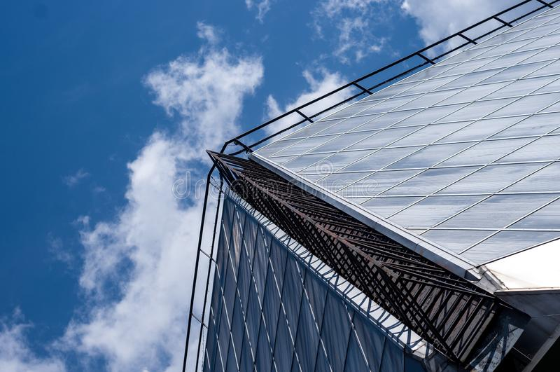 玻璃房子和天空蔚蓝几何  图库摄影