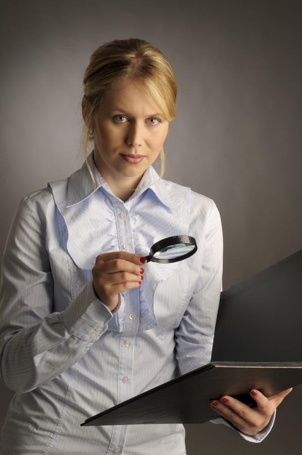 玻璃扩大化的妇女 免版税库存照片