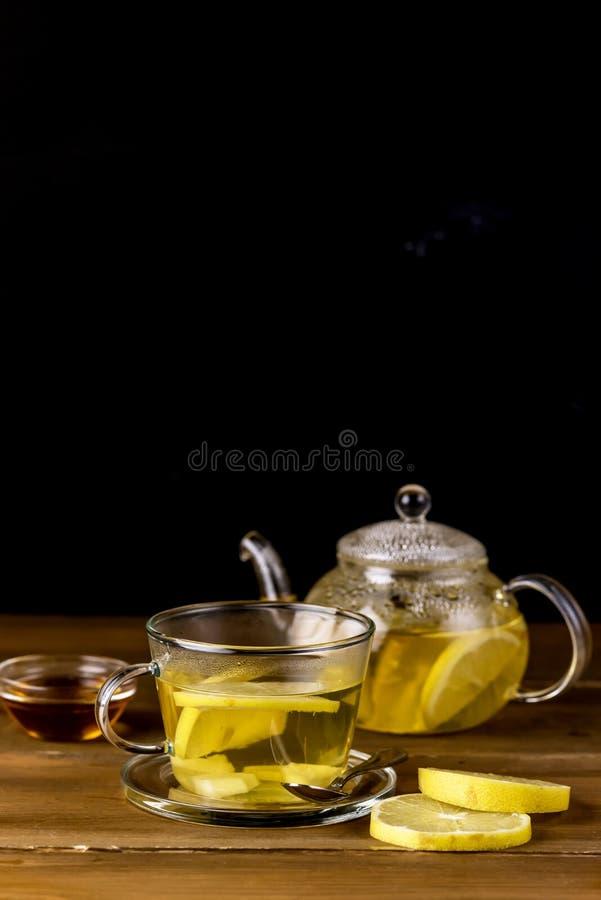玻璃杯和玻璃茶壶有热和鲜美柠檬和姜茶热的Autum冬天饮料Vertival拷贝空间的 免版税库存照片