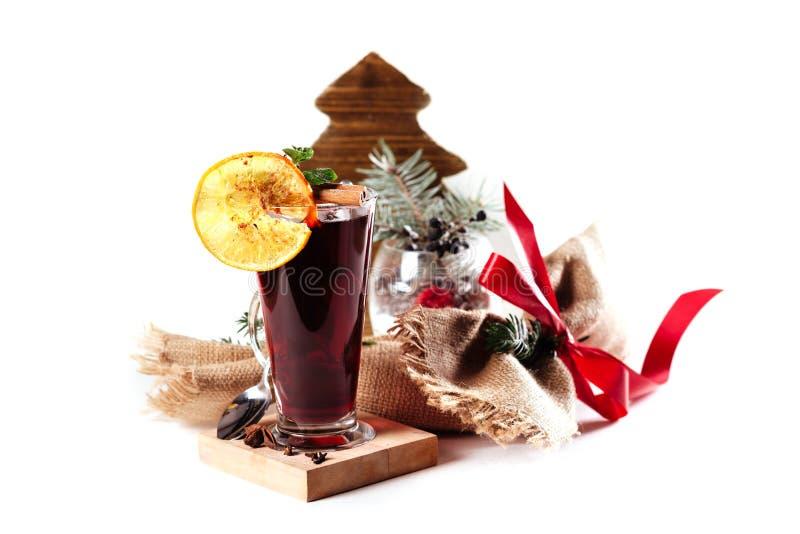 玻璃杯子与圣诞节装饰的可口被仔细考虑的酒 库存图片