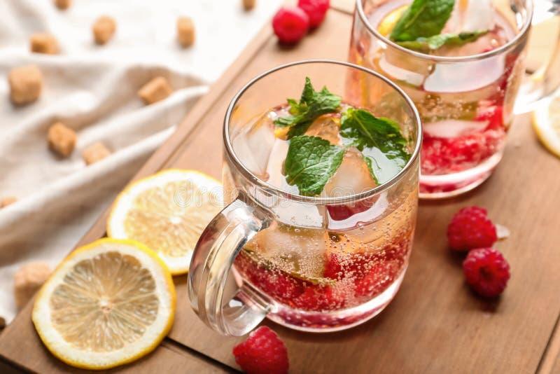 玻璃杯子在木板的新鲜的莓柠檬水 免版税库存照片
