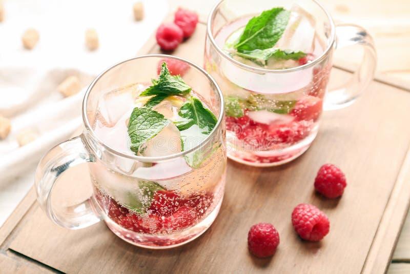 玻璃杯子在木板的新鲜的莓柠檬水 免版税库存图片