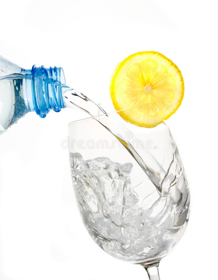 玻璃柠檬片式水 库存图片