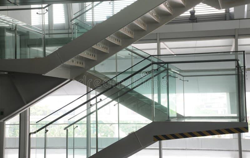 玻璃楼梯钢 免版税库存照片