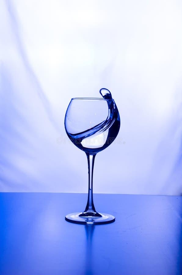 玻璃水光飞溅背景与反射 免版税图库摄影