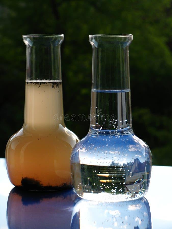 玻璃水瓶干净的坏的水 库存图片