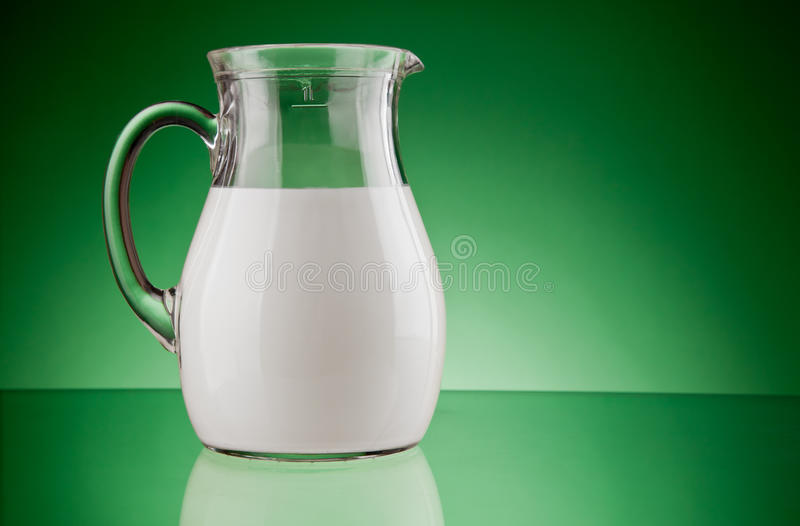 玻璃水罐牛奶 免版税库存图片
