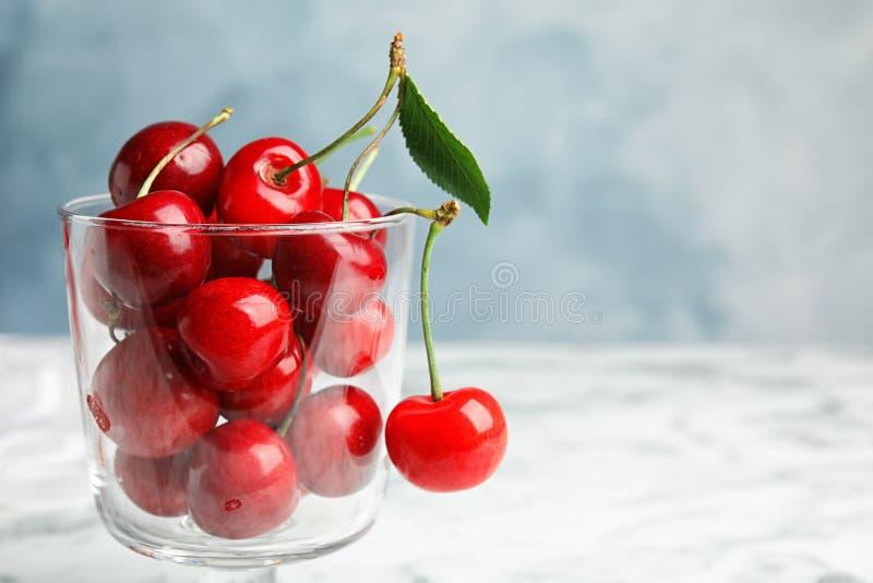 玻璃点心碗用成熟甜樱桃 免版税库存图片