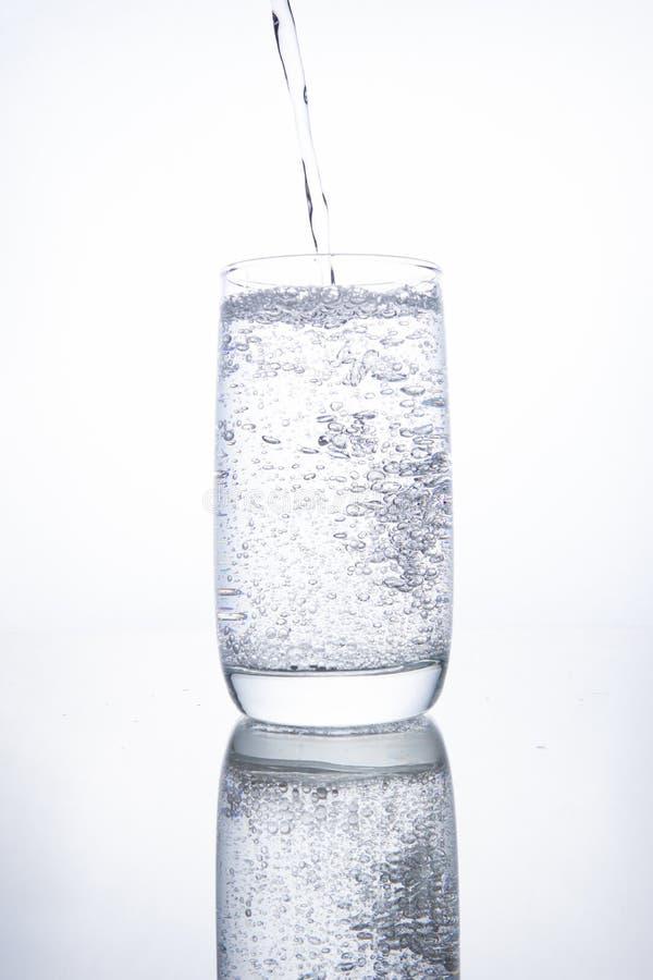 玻璃烧杯充满清楚的透明矿泉水 库存图片