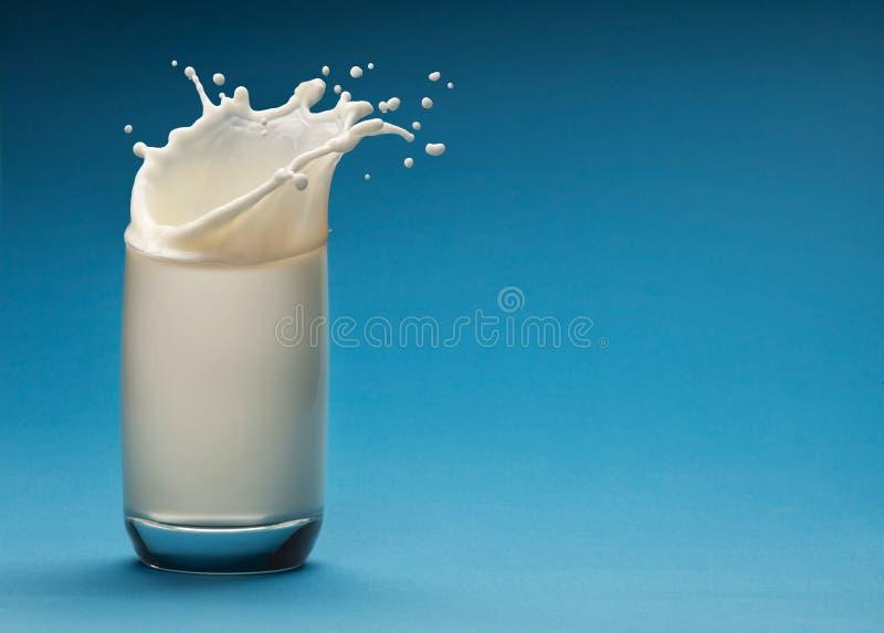玻璃牛奶飞溅 库存图片