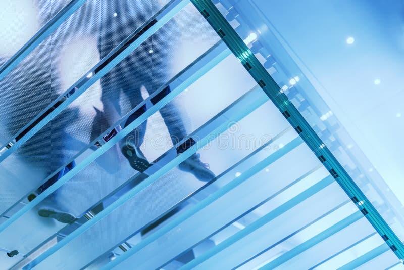 玻璃现代楼梯 免版税库存照片