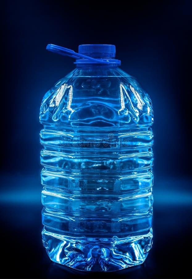 玻璃现有量人饮用的s水 库存照片