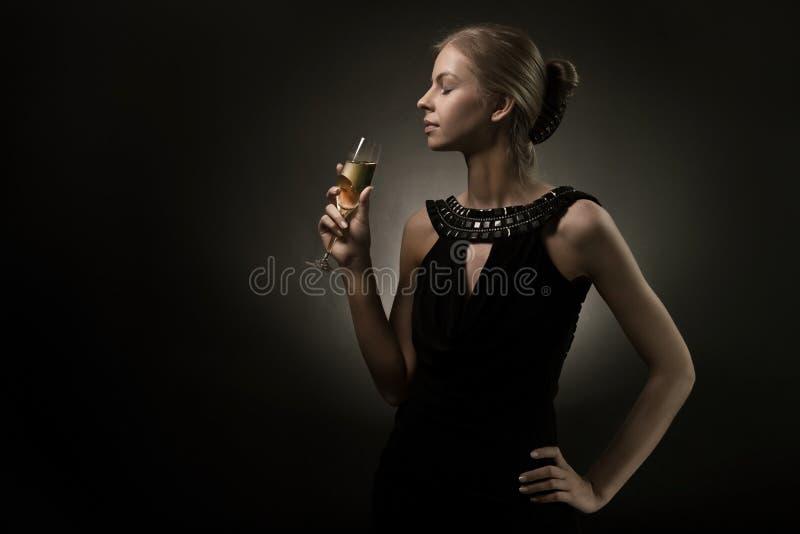 玻璃现有量酒妇女 免版税库存照片