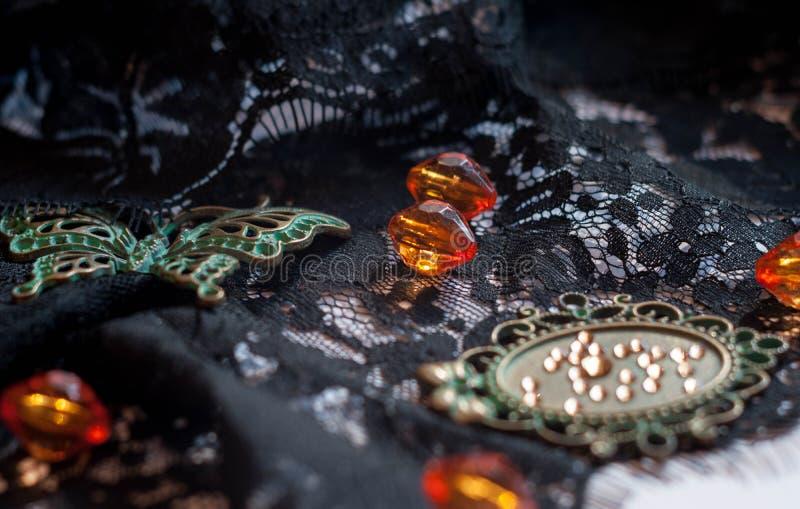 玻璃珠、绿色小框架与假钻石和装饰蝴蝶 库存照片