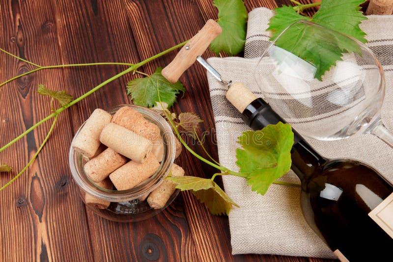 玻璃瓶与黄柏的酒在木桌背景影像 免版税库存图片