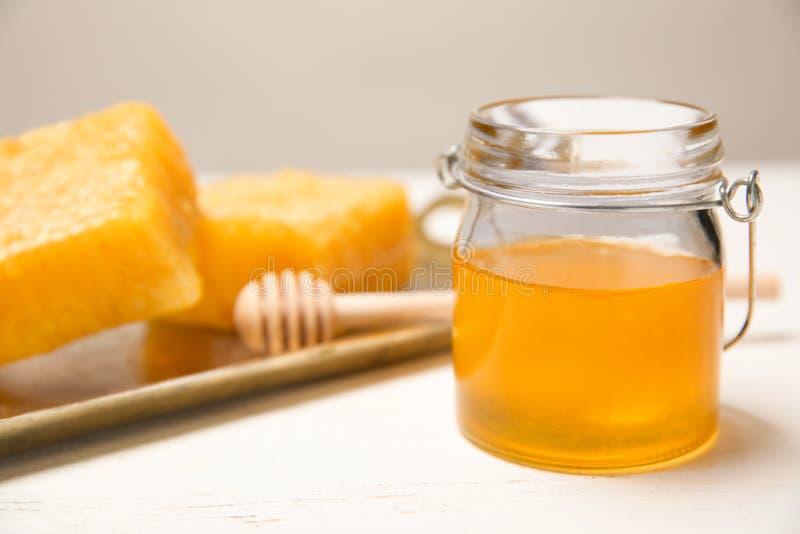 玻璃瓶子用可口蜂蜜 免版税库存照片