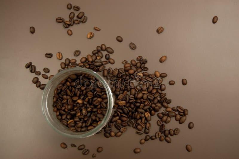 玻璃瓶子用在桌上和咖啡豆驱散的咖啡 库存图片
